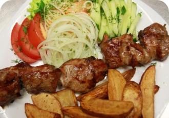 Шашлык из свинины с картофелем по домашнему